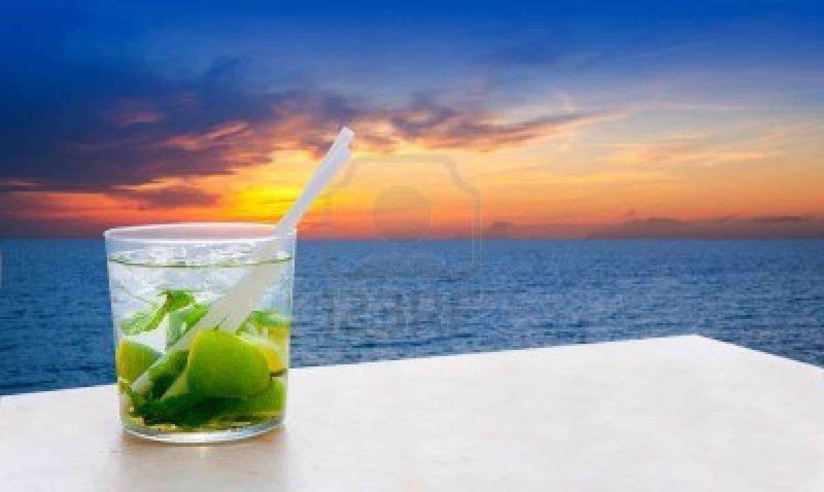 14241700-mojito-cocktail-sur-un-coucher-de-soleil-plage-de-sable-dore-rouge-le-lever-du-soleil-ciel